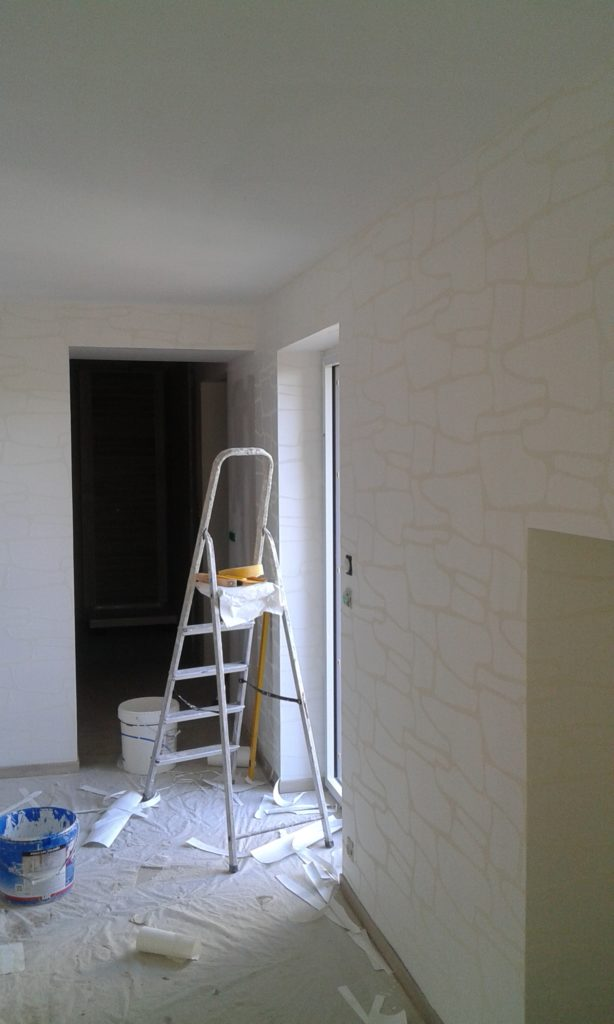 Nouveau papier peint, blanc avec des contours plus lisses rappelant les contours des pierres, a été posé.