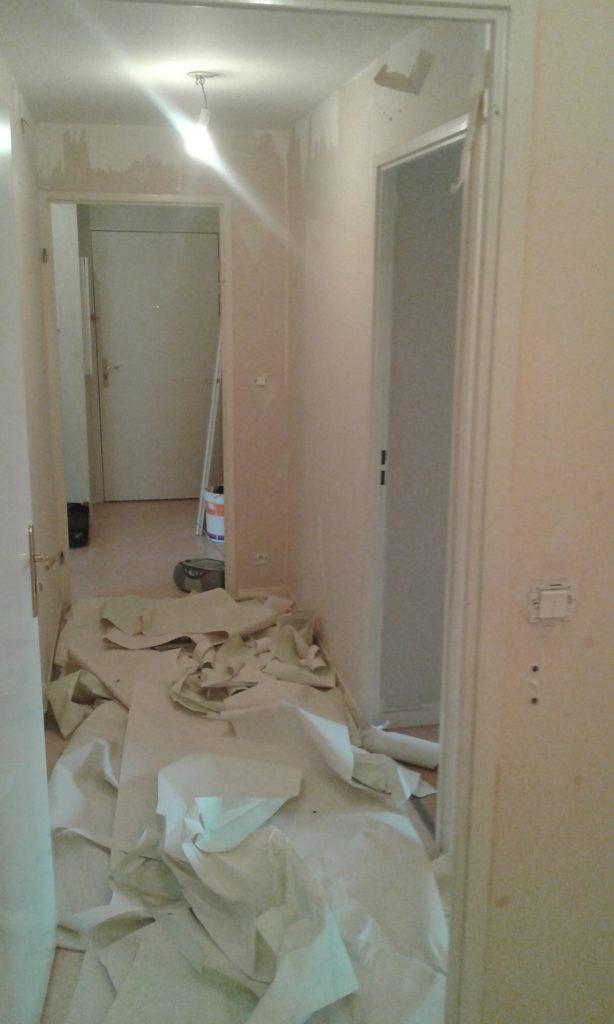 Papier peint presque intégralement enlevé dans le couloir