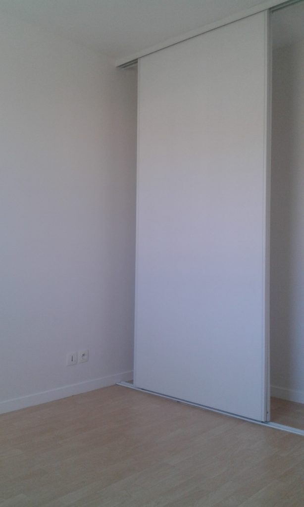 Placard de chambre peint en blanc