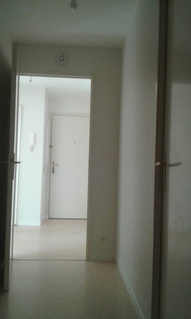 Couloir avec toile de verre peint en blanc, lumière, prise et détecteur de fumée remis correctement