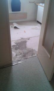 Une partie du sol de la cuisine est décollé