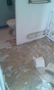 Sol encore a décoller dans les toilettes (dans une petite pièce au fond de la salle de bain) et sol décolé dans la salle de bain