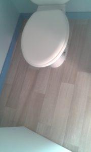 Sol (imitation parquet) posé dans les wc, vue de dessus