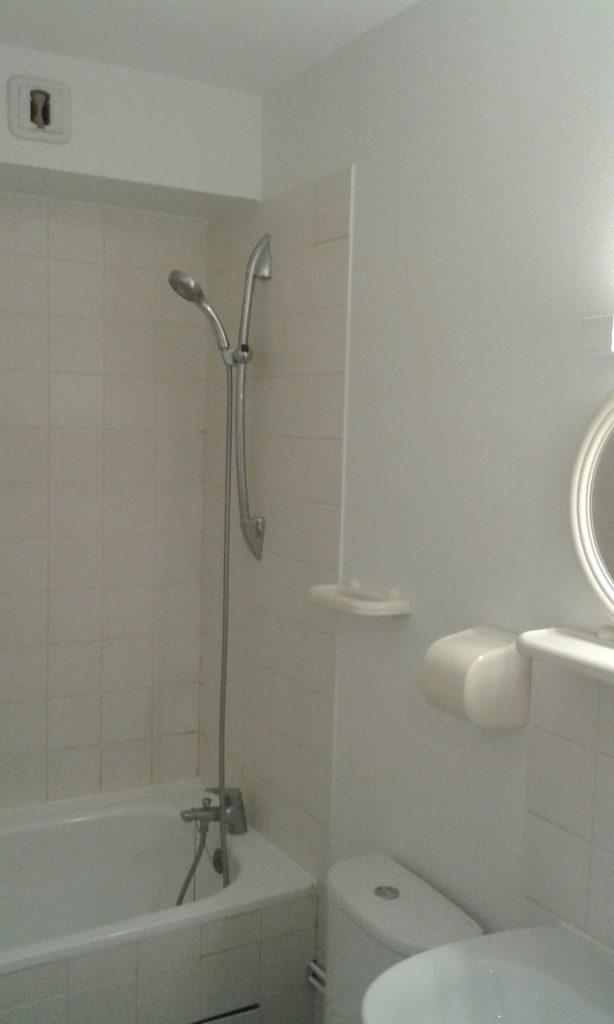 Murs de salle de bain (avec baignoire, toilette, évier avec miroir) refait