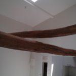 Plafond et murs peints de la cuisine avec poutres apparentes basses