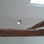 Plafond et murs repeints avec les poutres