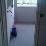 Sol et murs attendent un revêtement dans la cuisine.