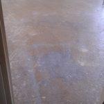 Préparation du sol dans la chambre.