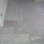 Pose du sol de lames de PVC imitation parquet dans une autre pièce.