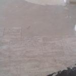 Pose du sol de lames de PVC imitation parquet.