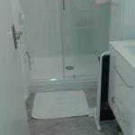Lames de PVC imitation parquet au sol de la salle de bain.